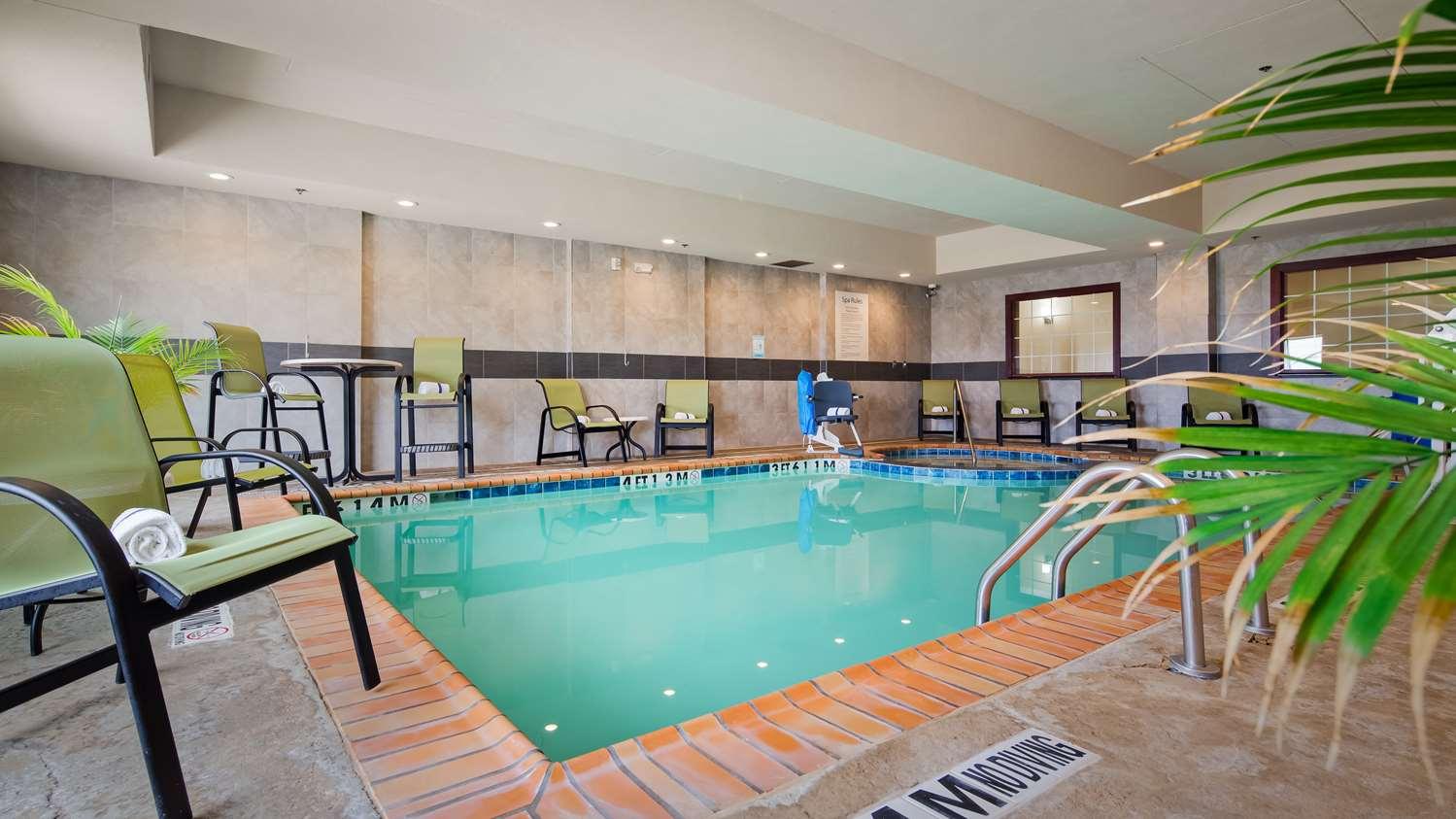 Pool - Best Western Plus Pratt Hotel
