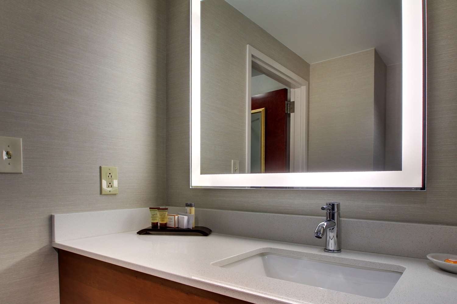 Amenities - Best Western Plus Roundhouse Suites Boston