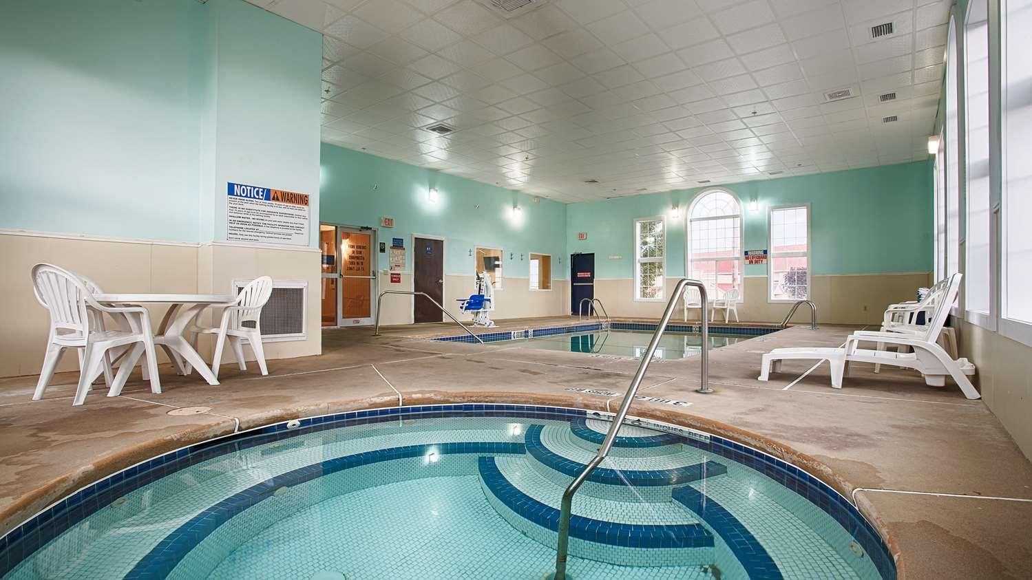 Pool - Best Western Crown Inn & Suites Batavia