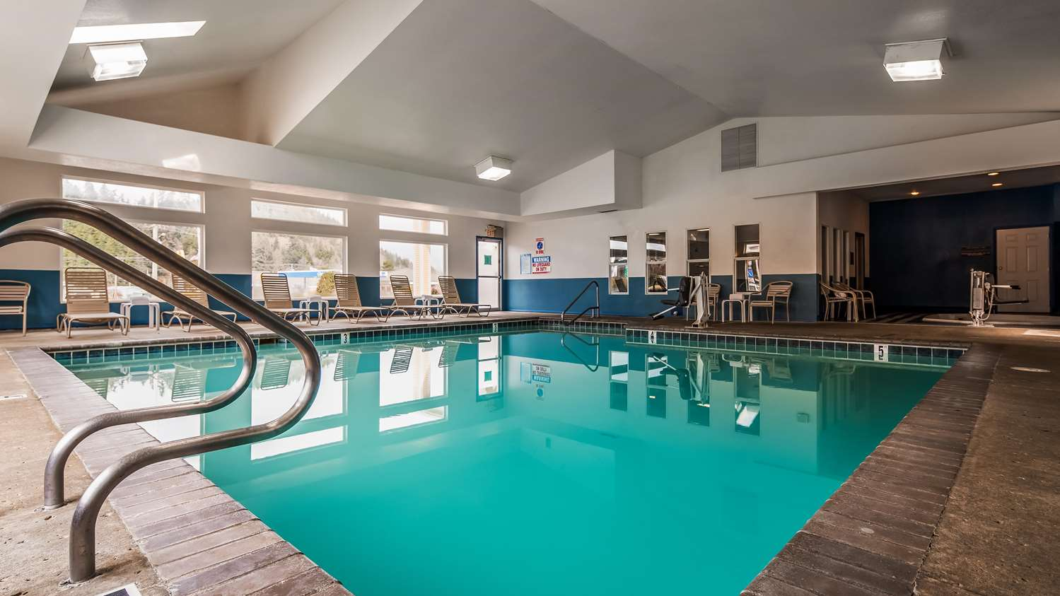 Pool - Best Western Salbasgeon Inn & Suites Reedsport