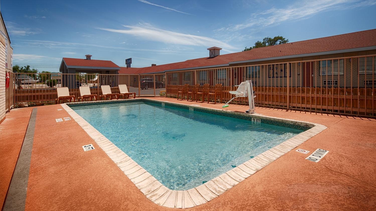 Pool - Best Western Motel Llano