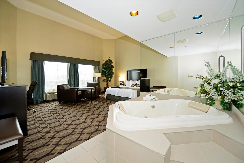 Suite - Best Western Plus Travel Hotel Toronto