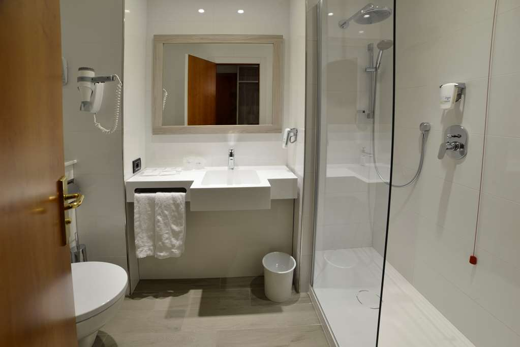 Room : Standard Guest Bathroom 147 of 390