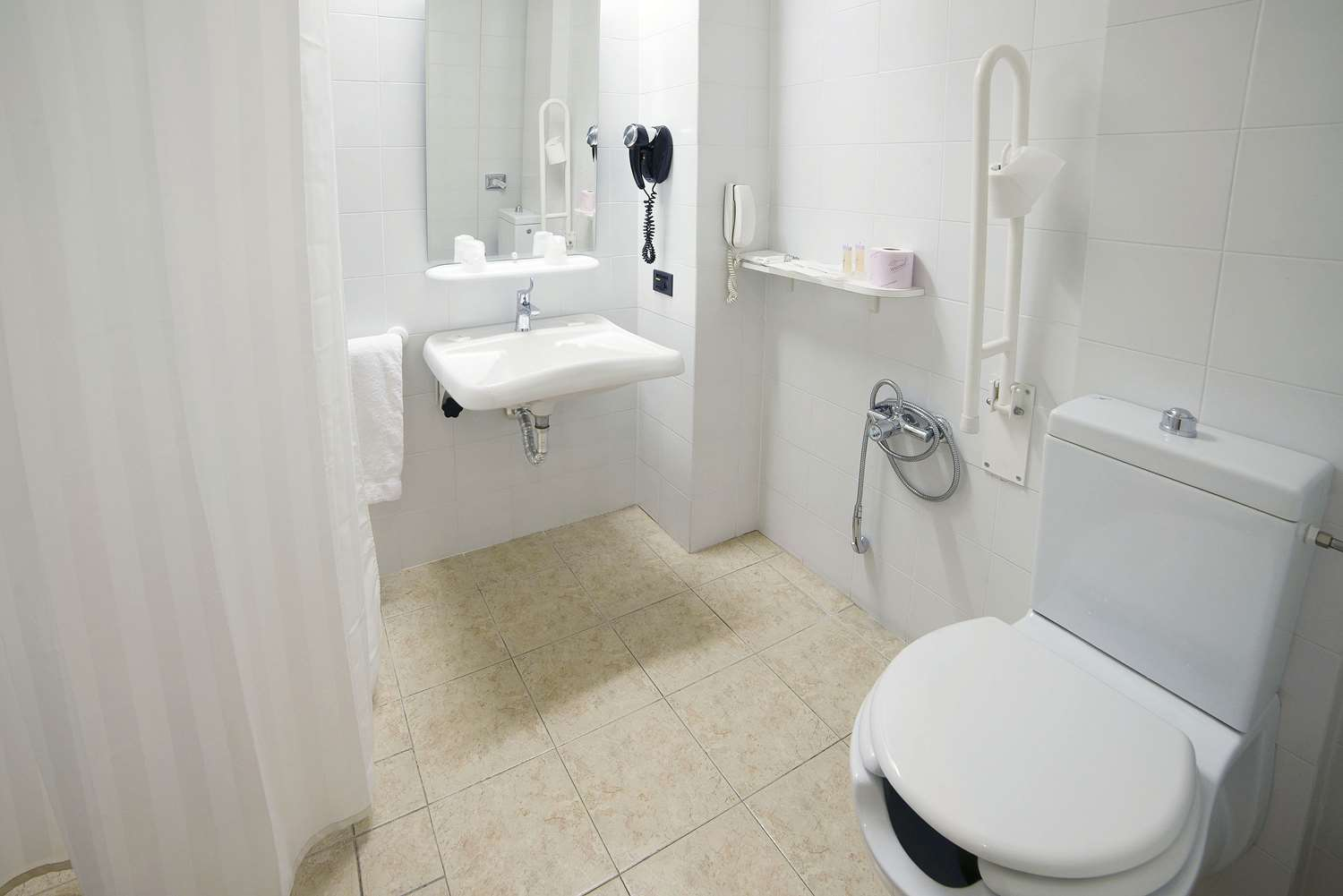Room : Bathroom with facilities for disable 121 of 390