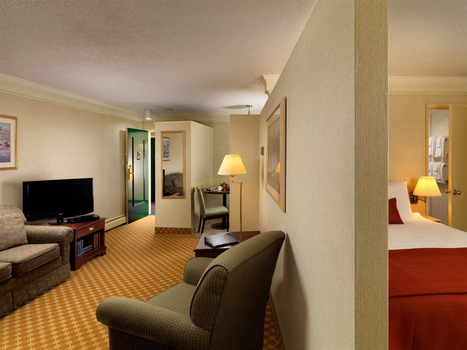 Suite - Royal Scot Hotel & Suites Victoria