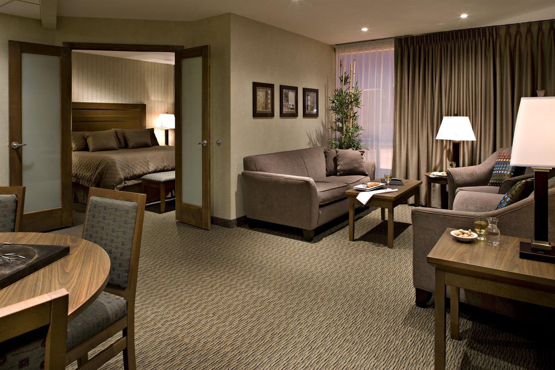 Room - Carriage House Inn Calgary
