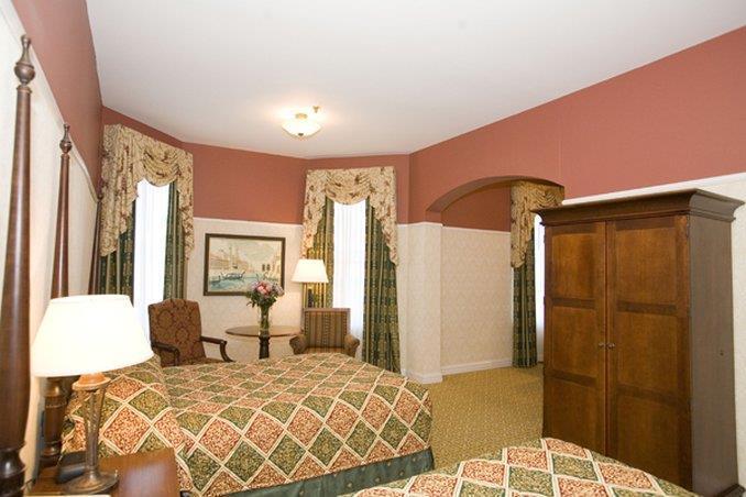 Room - Carleton of Oak Park Hotel