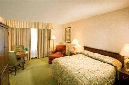 Room - Hotel Piccadilly Fresno