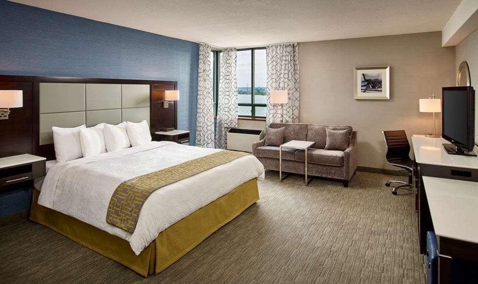 Room - Waterfront Hotel Downtown Burlington