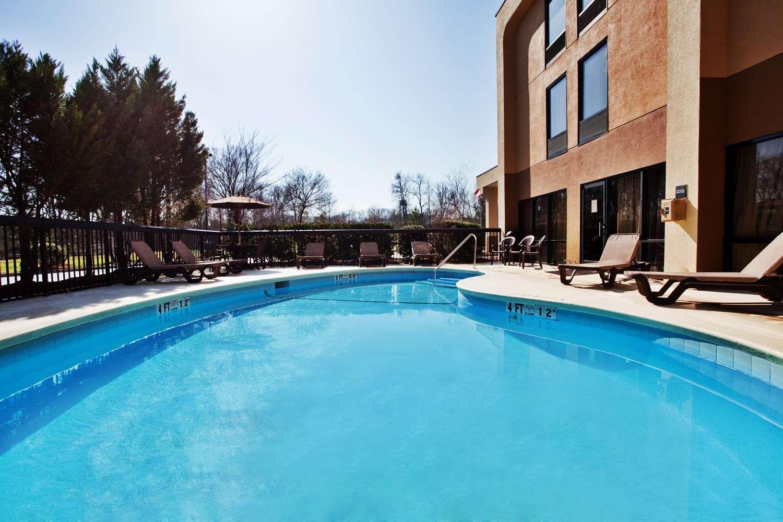 Pool - Hampton Inn Commerce