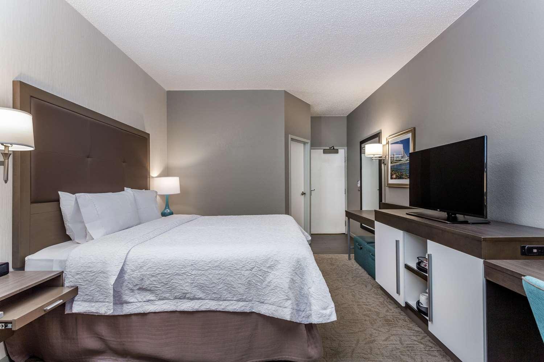 Room - Hampton Inn Airport Milwaukee