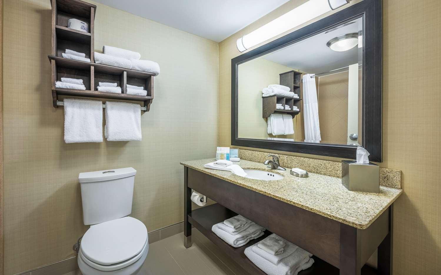 Room - Hampton Inn Membertou