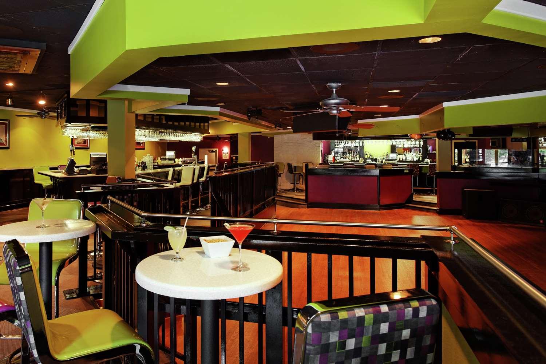 Bar - DoubleTree by Hilton Hotel Richmond