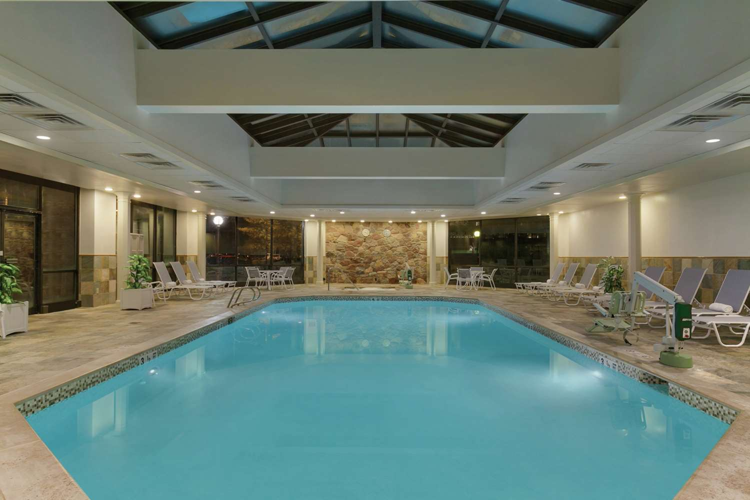 Pool - Hilton Hotel Woodcliff Lake