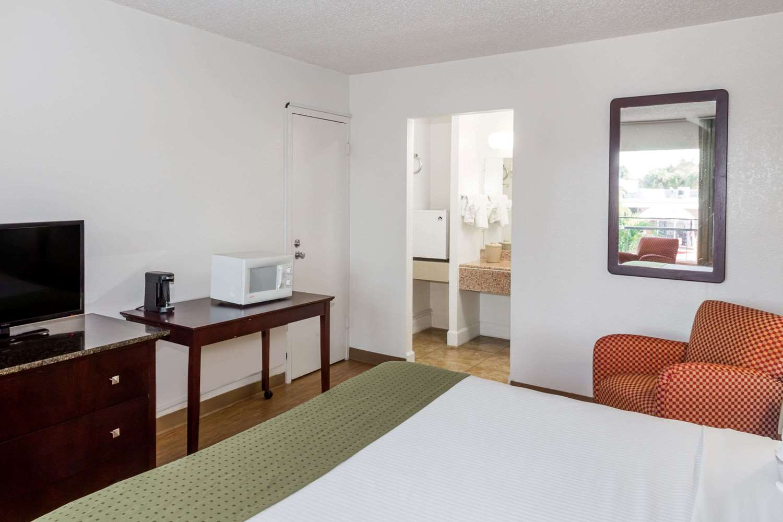 Room - Days Inn North St Petersburg