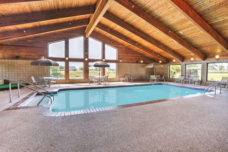 Pool - Super 8 Hotel Davenport