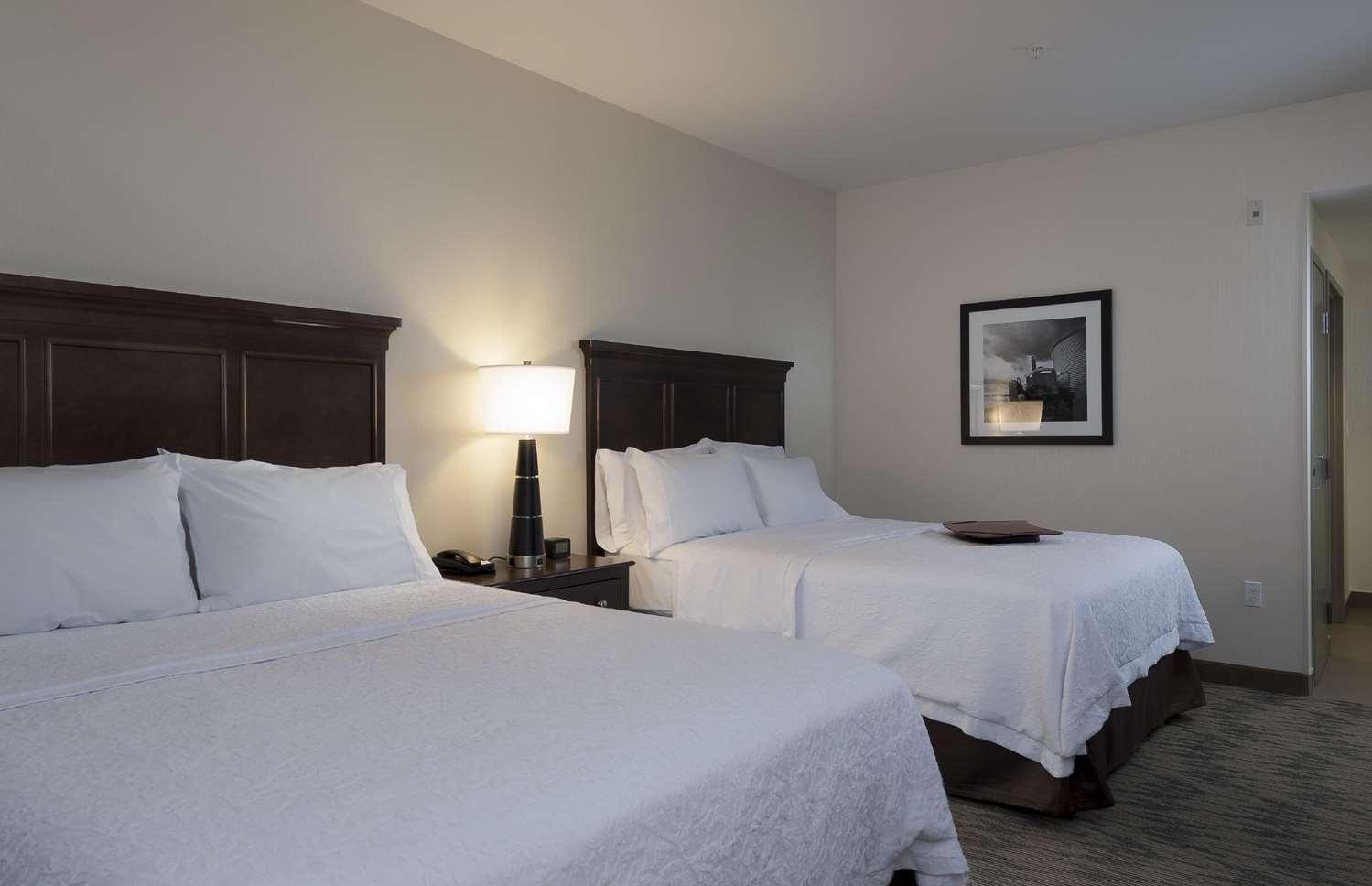 Room - Hampton Inn & Suites Airdrie