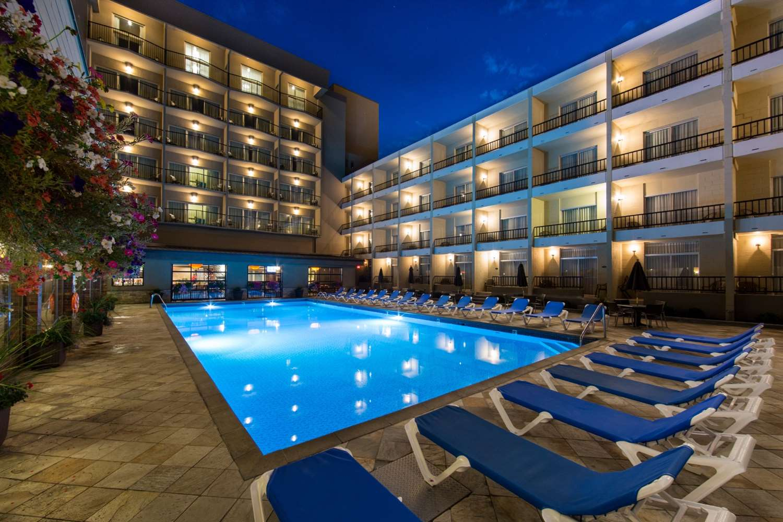 Pool - Coast Capri Hotel Kelowna