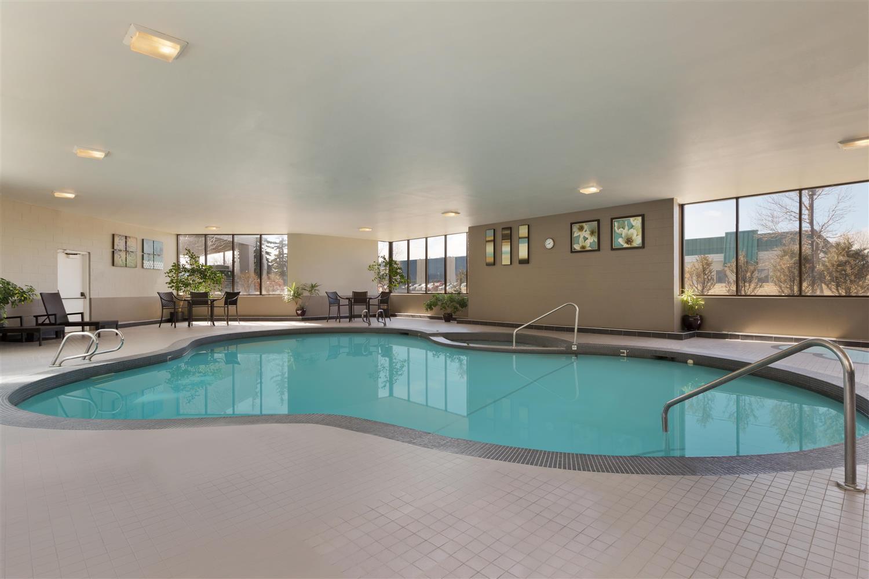 Pool - Coast Plaza Hotel & Conference Centre Calgary