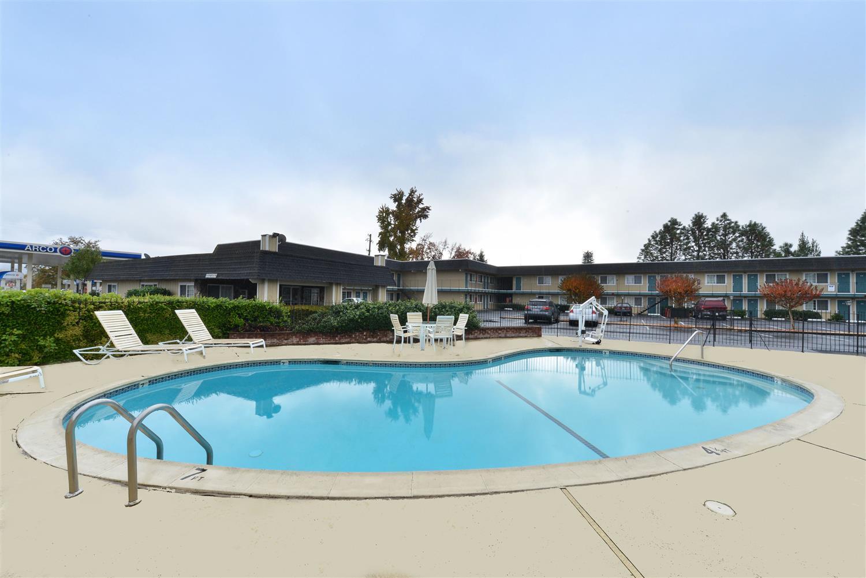 Pool - Americas Best Value Inn Ukiah