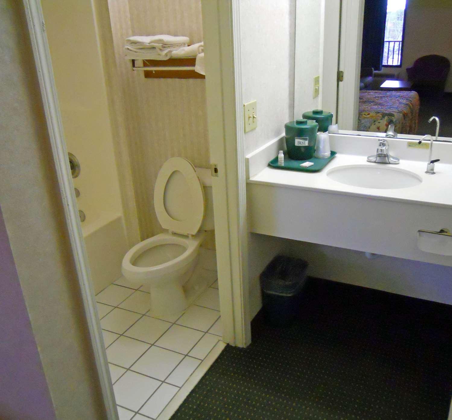 Intermediate Suite Guest Bathroom