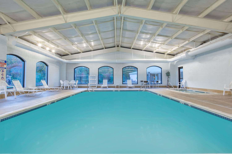 Pool - Baymont Inn & Suites Bartonsville