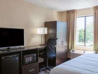 Room - Baymont Inn & Suites Newark