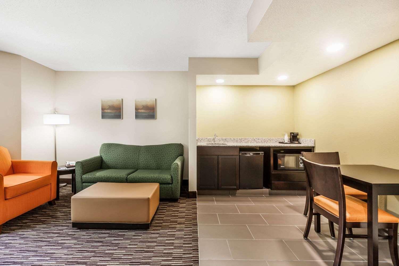 Suite - Baymont Inn & Suites Newark