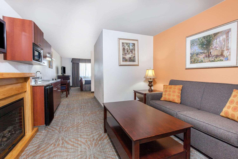 Suite - Baymont Inn & Suites West Lubbock