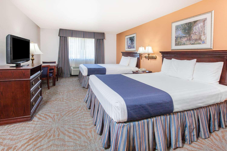 Room - Baymont Inn & Suites West Lubbock