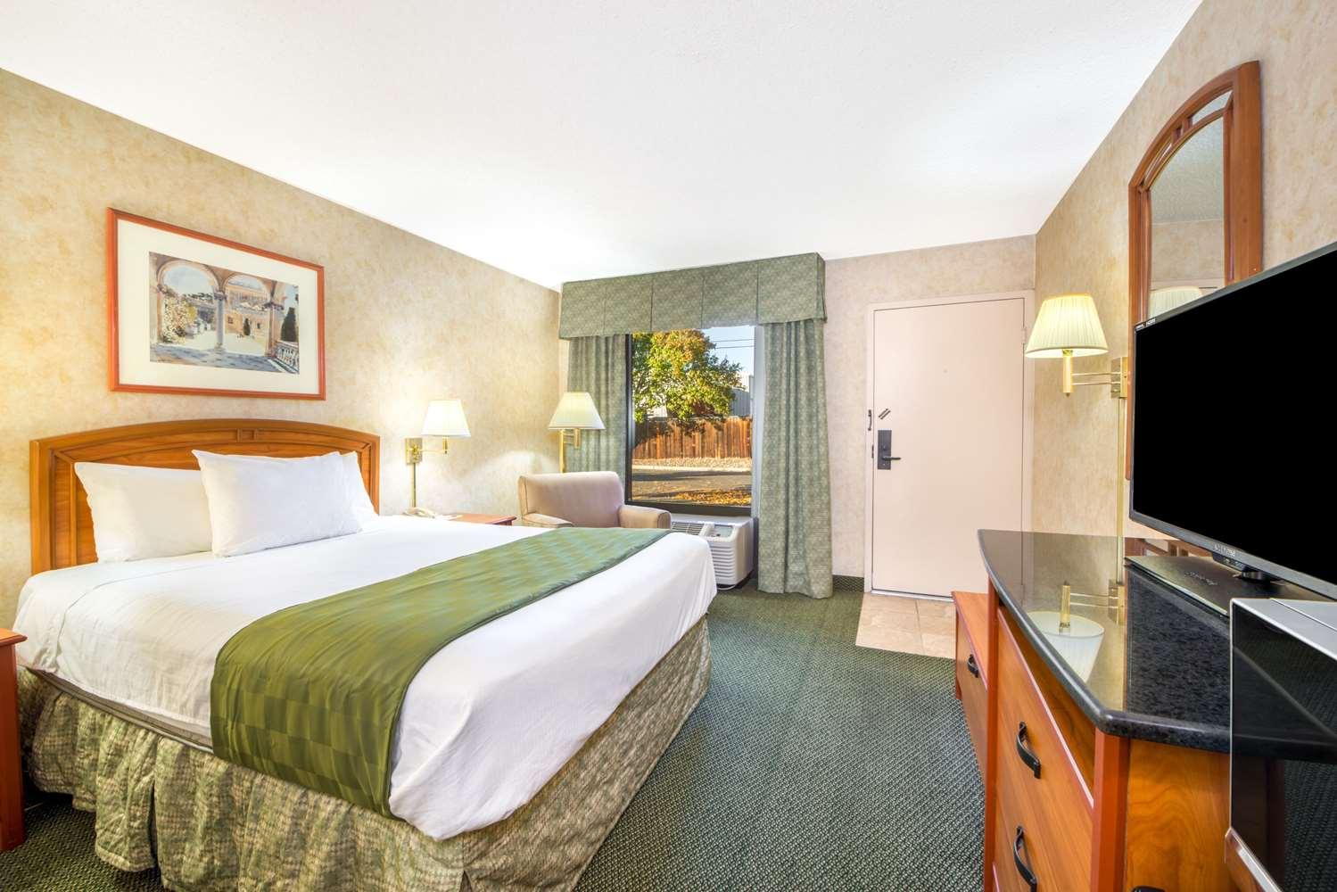 Room - Days Inn & Suites North Albuquerque