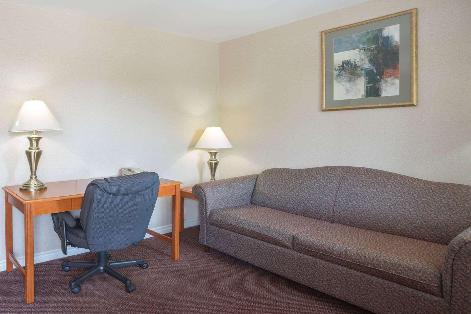 Room - Super 8 Hotel Kingston