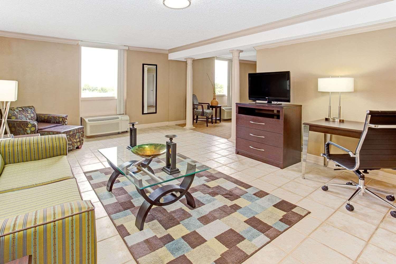 Suite - Wyndham Garden Hotel Shreveport
