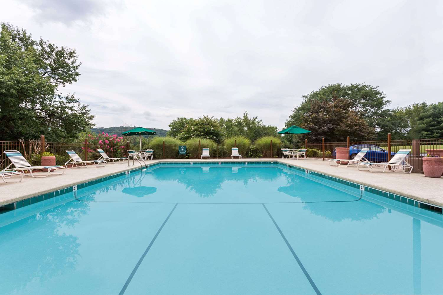 Pool - Days Inn & Suites Bristol