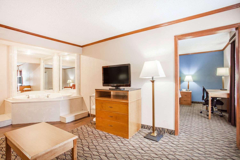 Room - Baymont Inn & Suites Madison Heights