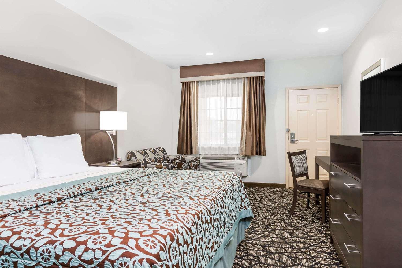 Room - Days Inn & Suites Madisonville
