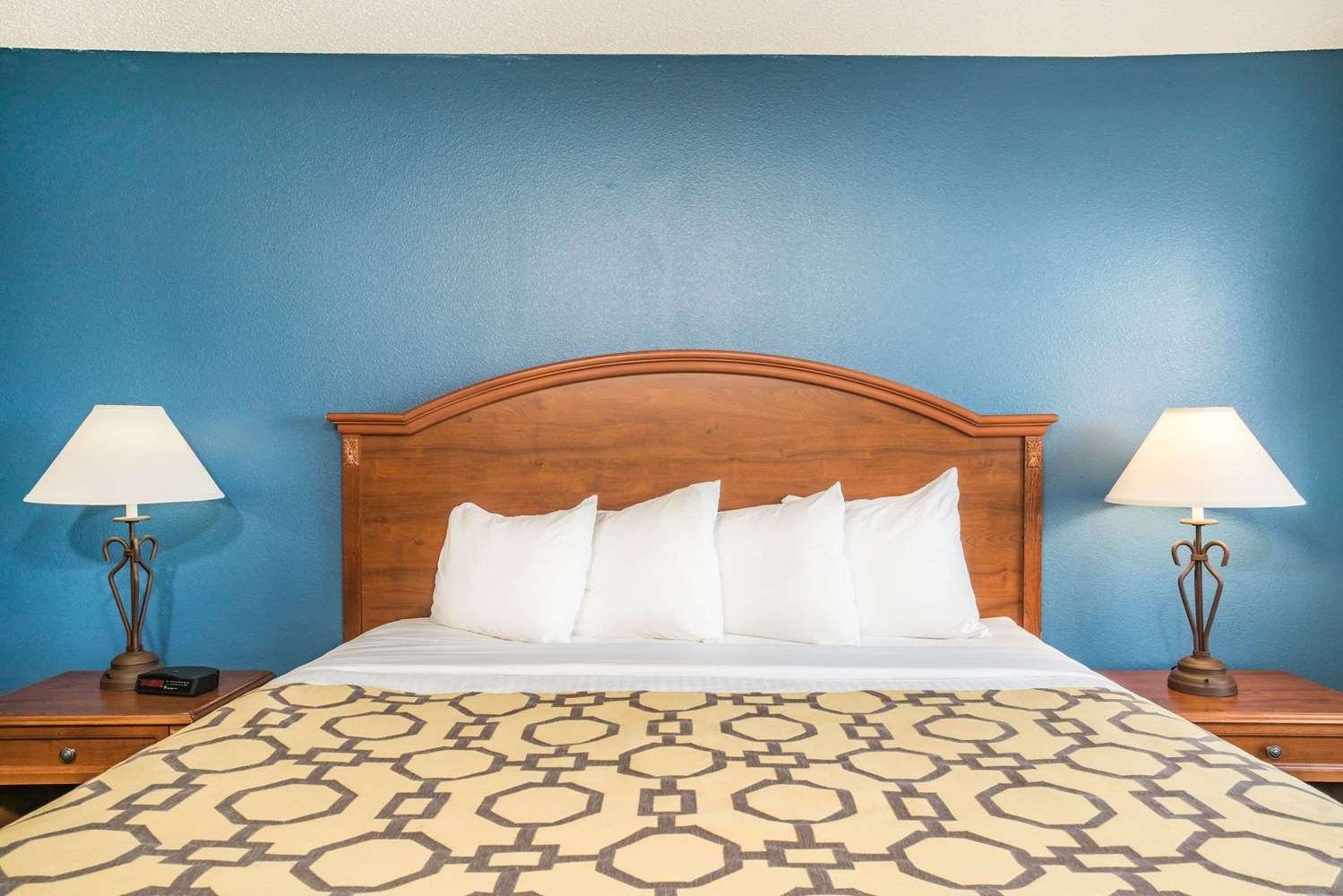 Room - Baymont Inn & Suites Albany