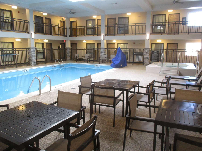 Pool - Best Western Harvest Inn & Suites Grand Forks