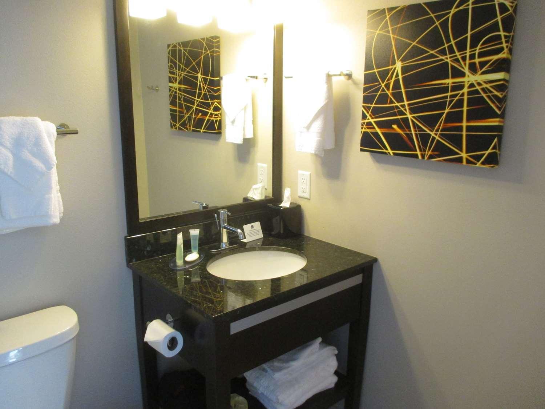 Room - Best Western Harvest Inn & Suites Grand Forks