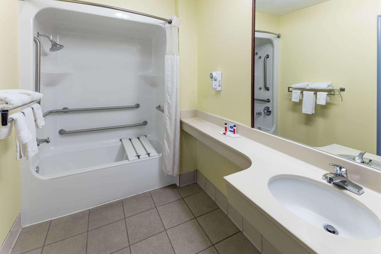 Room - Days Inn & Suites Union City