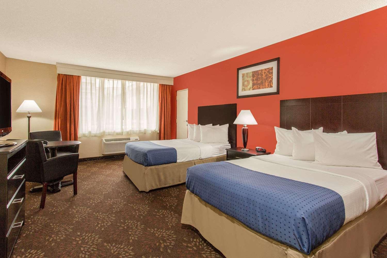 Room - Baymont Inn & Suites Fayetteville