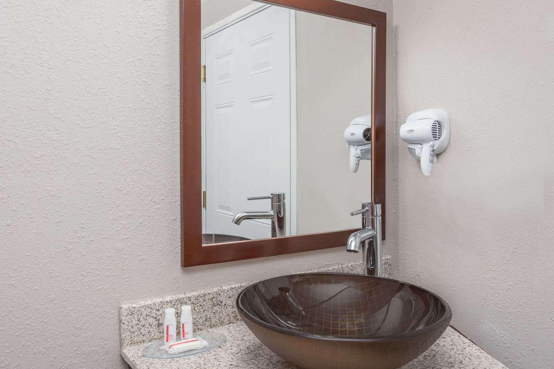 Room - Baymont Inn & Suites Delavan