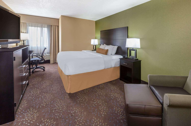 Room - Wyndham Garden Hotel Sterling Heights