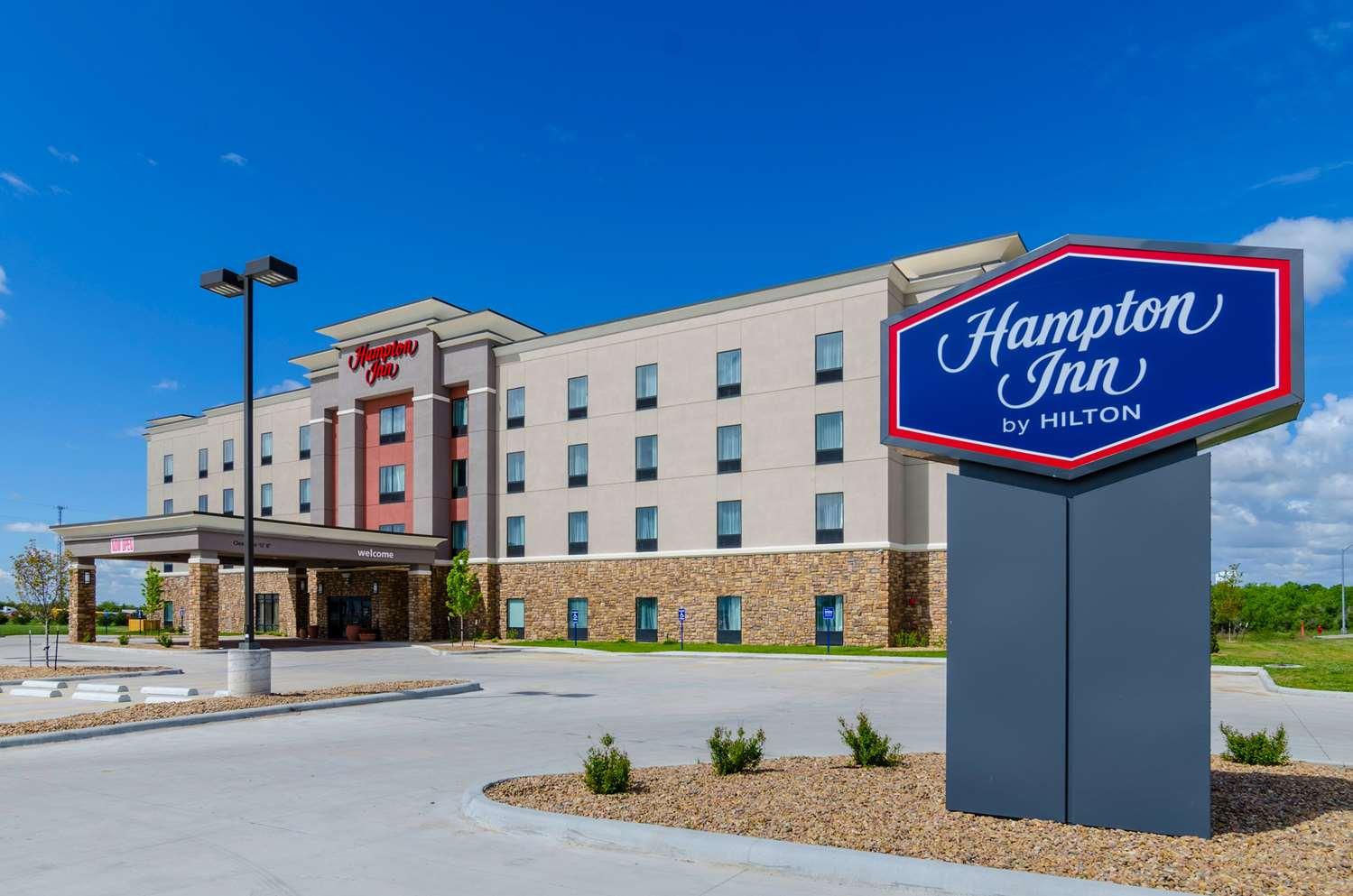 Exterior view - Hampton Inn & Suites Pratt