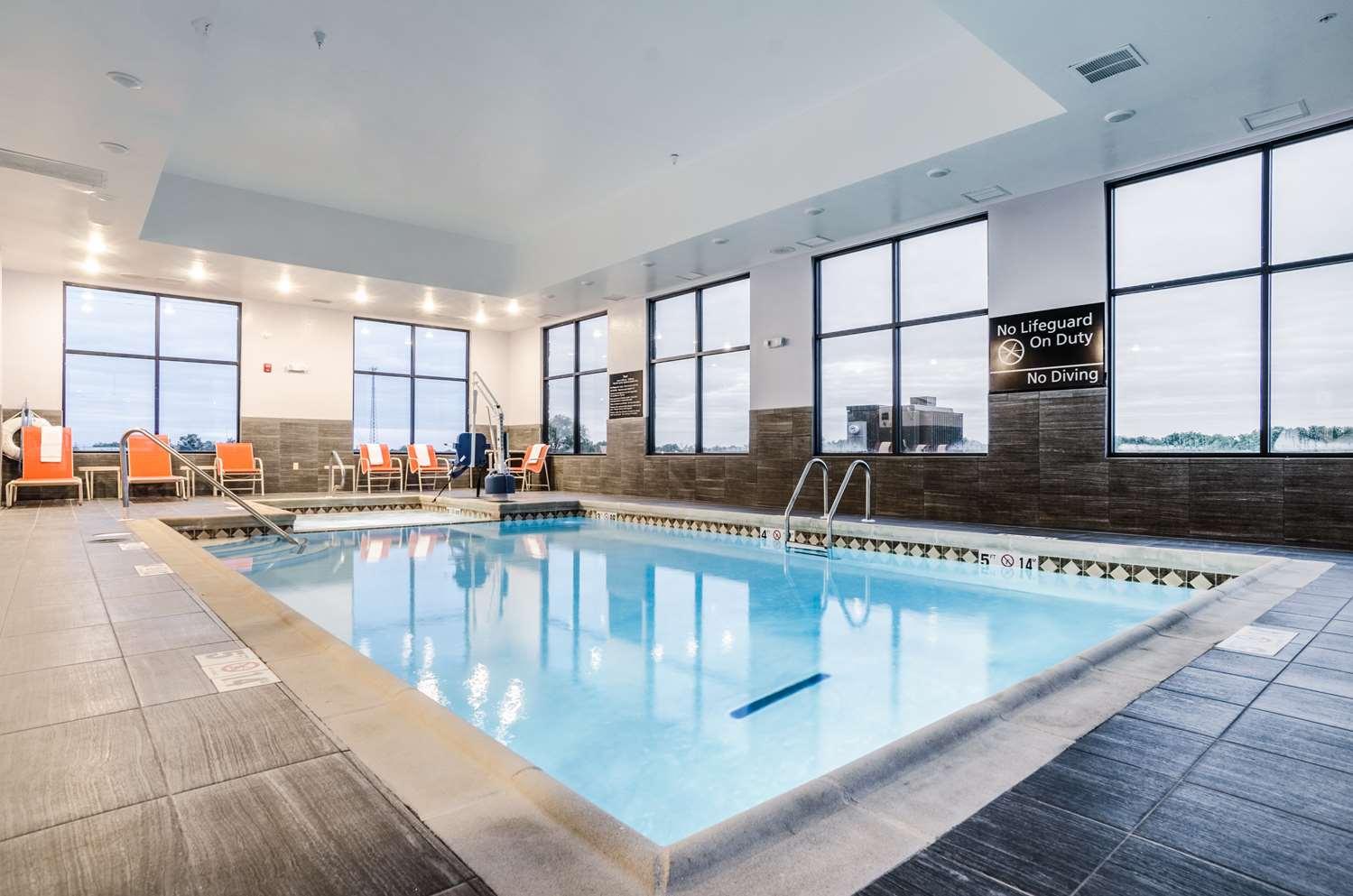 Pool - Hampton Inn & Suites Pratt