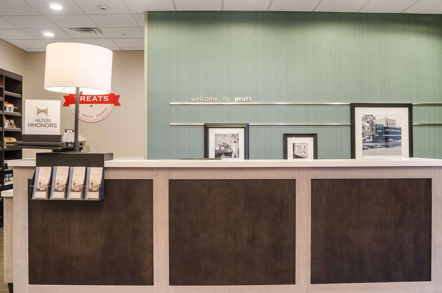 Lobby - Hampton Inn & Suites Pratt