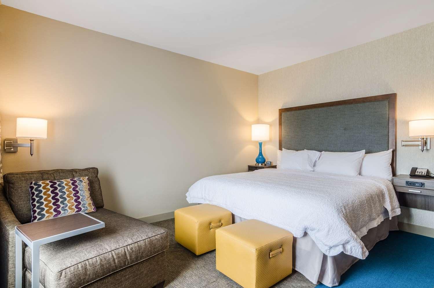 Room - Hampton Inn & Suites Pratt