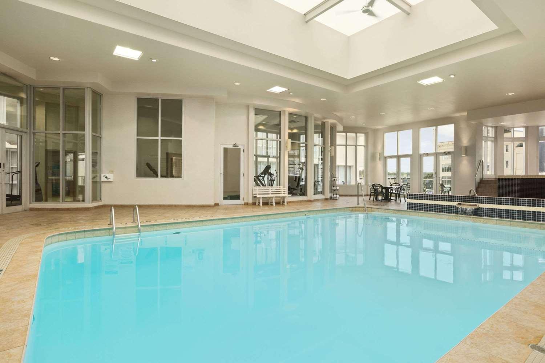 Pool - Travelodge Hotel Fallsview Niagara Falls