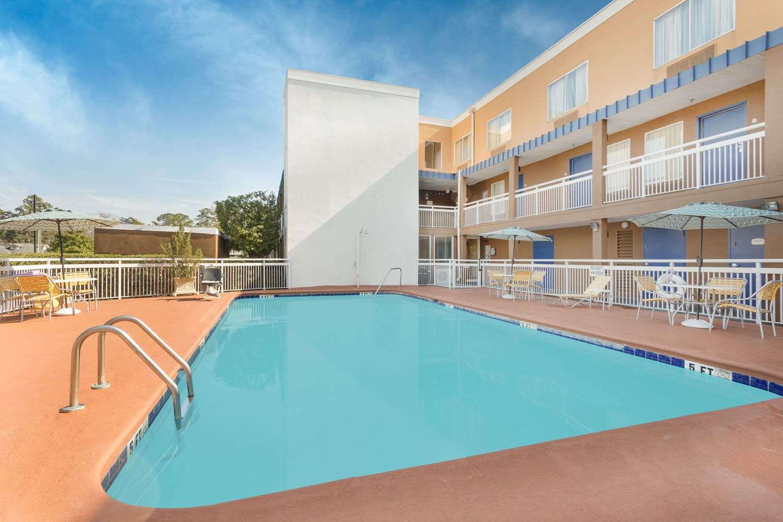 Pool - Baymont Inn & Suites Midtown Savannah