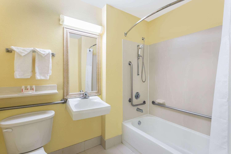 Room - Baymont Inn & Suites Midtown Savannah